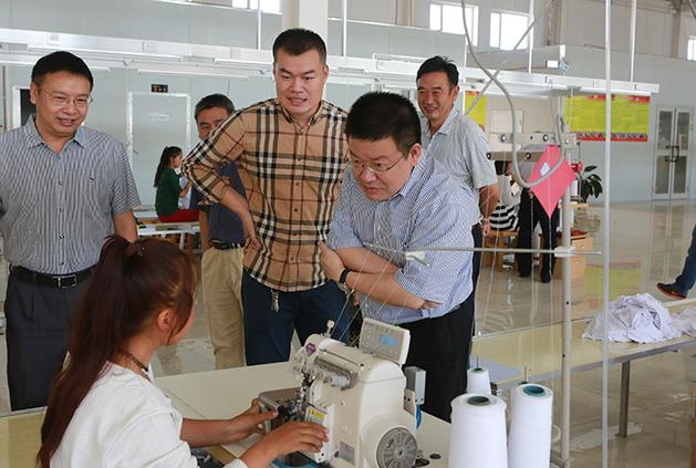把推动浙江产业转移,结构优化和对口援疆工作结合