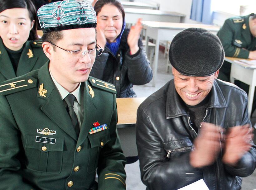 """新疆:警民架起""""連心橋"""""""